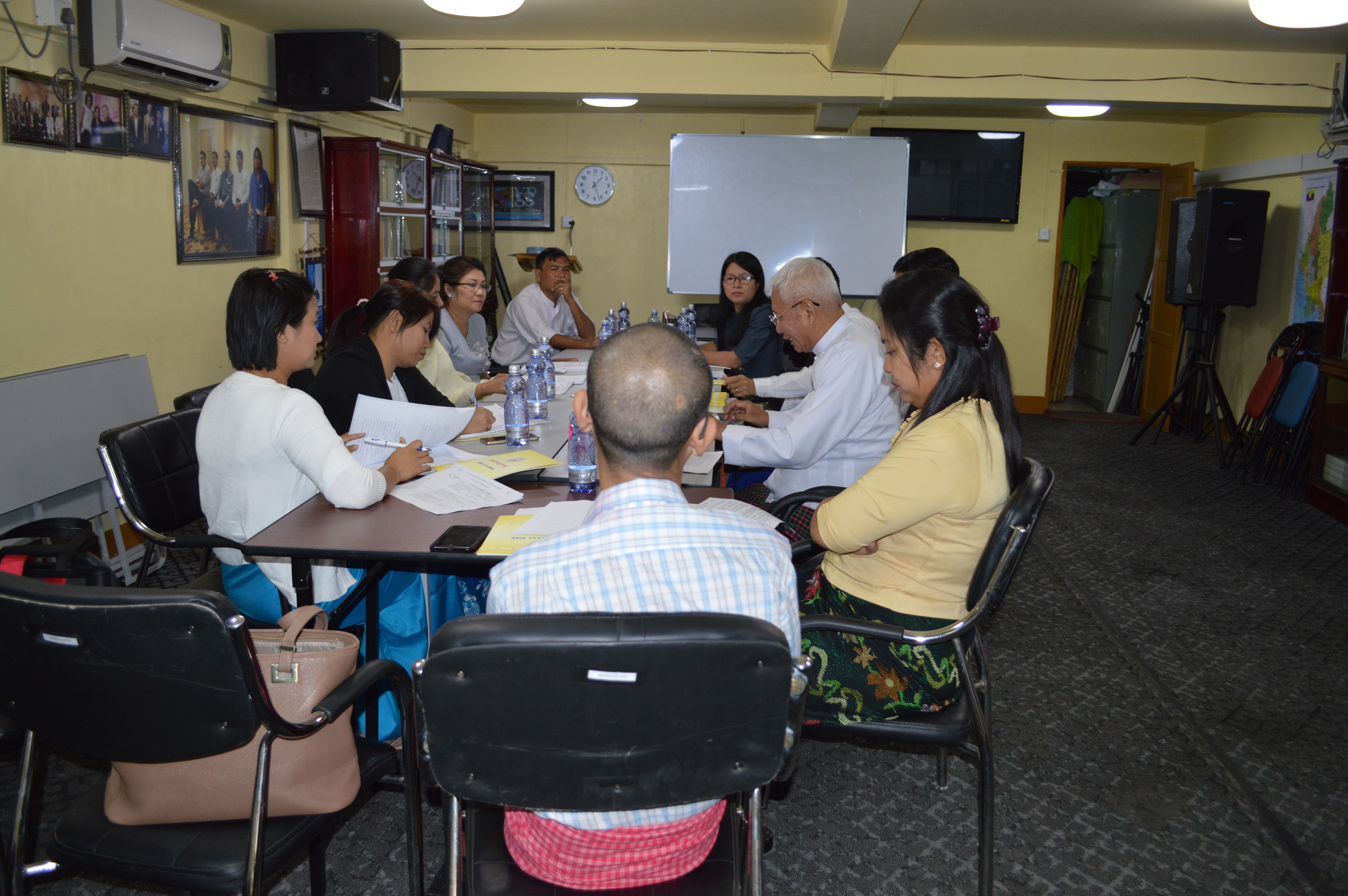 Off-the-record discussion on Child Rights Law with Members of Parliament